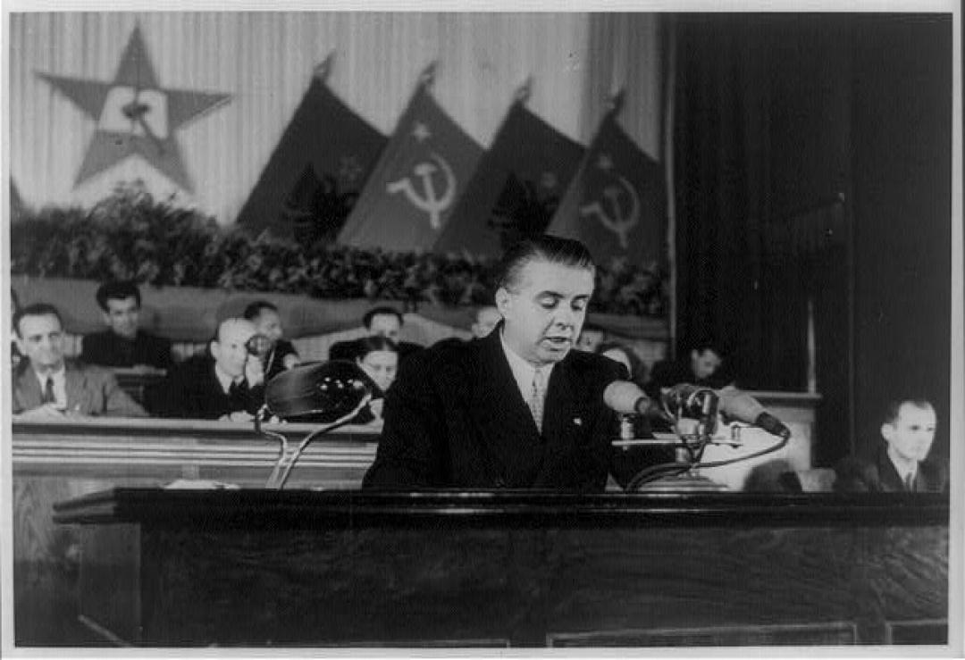 El socialismo en Albania y el retroceso capitalista - Enver Hoxha y la revolución albanesa (MUY INTERESANTE!) 5benver-hoxha-addressing-the-delegates-of-the-fourth-congress-of-painting-artwork-print